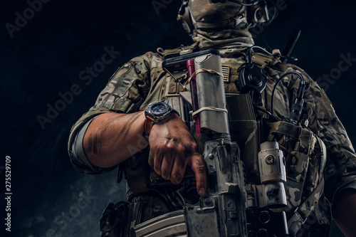 Closeup photo shoot of man's hand holding machine gun Billede på lærred