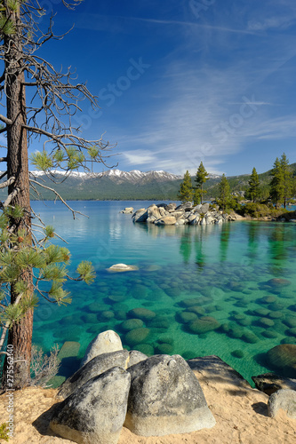 Fotografia Vertical image of the gorgeous and clear boulder strewn shoreline of Lake Tahoe
