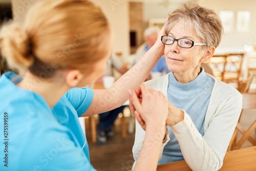 Obraz Caregiver consoles seniors with dementia - fototapety do salonu