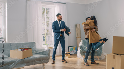 Cuadros en Lienzo  Real Estate Agent Shows Bright New Apartment to a Young Couple