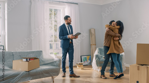 Fotografía  Real Estate Agent Shows Bright New Apartment to a Young Couple