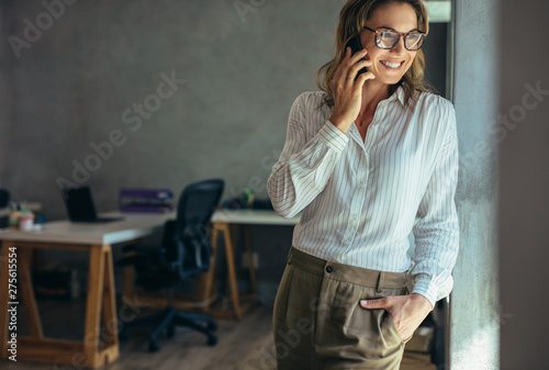 Poster Individuel Relaxed businesswoman talking on cell phone