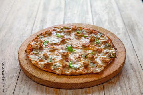 Fotografiet Thin crust Chicken Fajita flat bread pizza