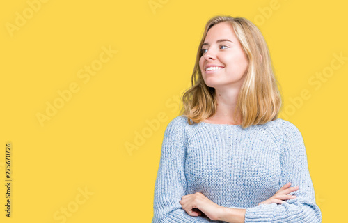 Fotografía Beautiful young woman wearing blue sweater over isolated background smiling look