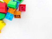Kolorowe Klocki W Rogu Na Białym Tle