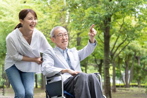 Obraz 高齢者 車椅子 - fototapety do salonu