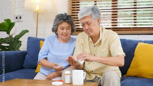 Foto  Senior asian couple take pill medicine for elderly healthy lifestyle while sitti