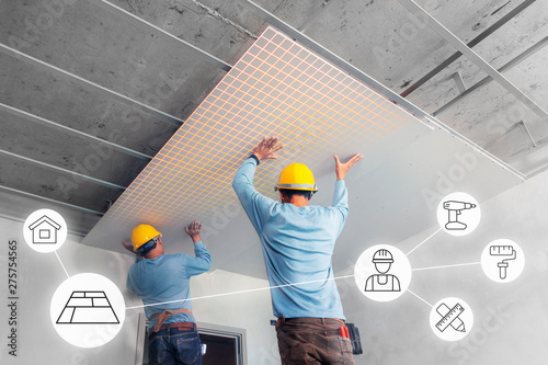 Photo Ceiling installation with expert technicians In the room that is in the construction process