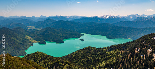Photo Beautiful alpine view of the famous Walchensee with emerald-green water, Bavaria