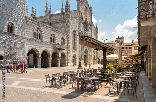 Photo View of Duomo square with traditional Italian street cafe in the historic center of Como, Italy