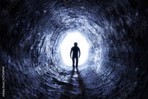Stampa su Tela Senior Man Walking To The Light At The End Of The Tunnel - Hope After Life