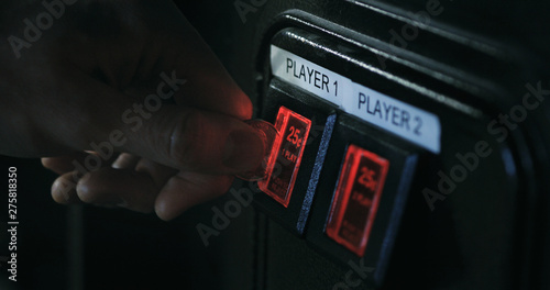 Arcade: Inserting A Quarter Into Game Slot Fotobehang