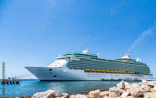 Fotografia  A massive Luxury Cruise Ship in Curacao from Seawall