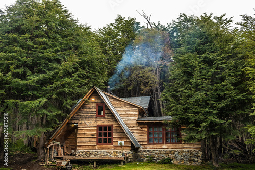 Photo Wooden cabin in a lenga forest. Patagonia, Argentina