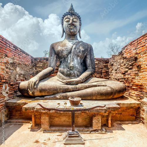 Obraz na plátně  Ancient buddha statue inside Wat Si Chum temple in Sukhothai, Thailand