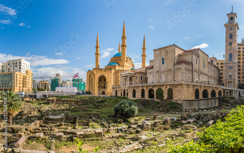 Fotografering Saint Georges Maronite Cathedral and Mohammed Al-Amin Mosque side by side in Bei