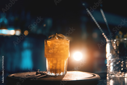 Fotografía  scottish bee cocktail with smoke on blue background
