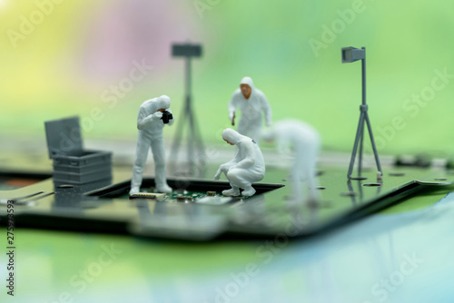 Pinturas sobre lienzo  Miniature people searching for bugs on microchip