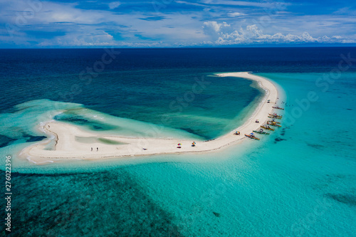 Foto  Aerial drone view of a beautiful white sandbar surrounded by coral reef near a t