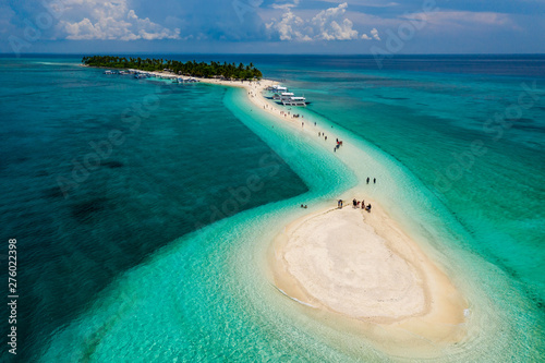 Foto auf AluDibond Blau türkis Aerial drone view of people and bangka boats on a tiny, tropical sandspit and coral reef
