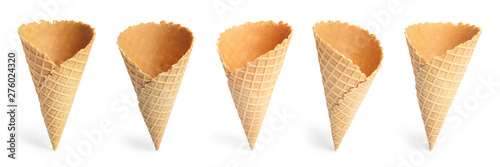 Fotomural  Set of empty crispy wafer ice cream cones on white background