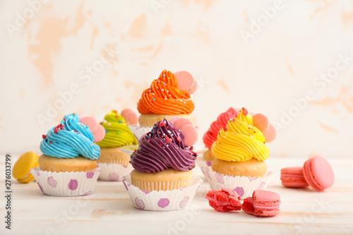Photo  Sweet tasty cupcakes on light table