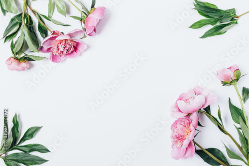 Fotomural  Frame made of peony bouquets