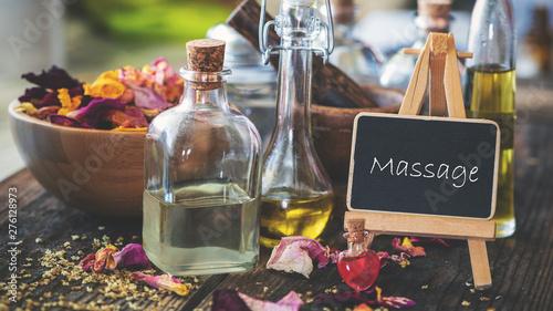 Cuadros en Lienzo Schild mit Ölen und Rosenblütenblättern: massage
