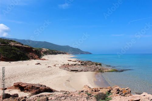 Photo Nice beach with some rocks and the blue ocean in sardinia.