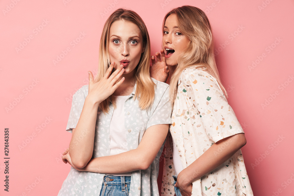 Fototapety, obrazy: Surprised shocked pretty blondes women friends posing isolated over pink wall background.