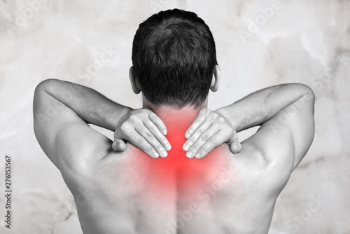 Fotografia Strong man with neck pain, back view