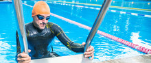 Profi Schwimmer Im Neoprenanzug Bereitet Sich Für Die Training Vor