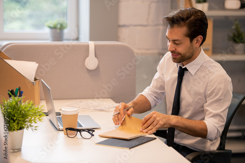 Foto op Canvas Op straat Content white-collar man opening notepad