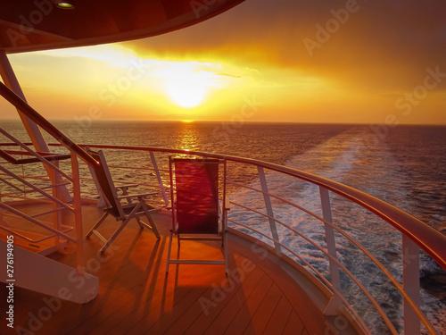 Coucher de soleil dans le sillage d'un navire de croisière. Canvas Print