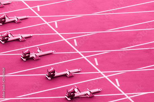 In de dag Roze Starting blocks in track and field. Pink color filter