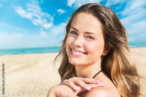 Fotomural Beautiful young woman smiling on tropical beach