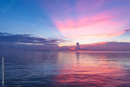 Poster Zee zonsondergang Beautiful tropical pink blue sea sunset and yellow clouds background