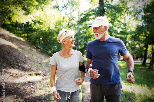 Poster Individuel Beautiful sporty mature couple styaing fit with sport