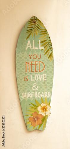 Planche de surf avec la phrase écrite en anglais All you need is love and surfbo Tablou Canvas