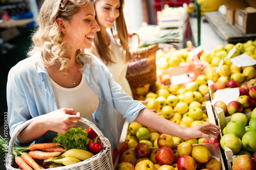 Photographie Young woman shopping healthy food on the market