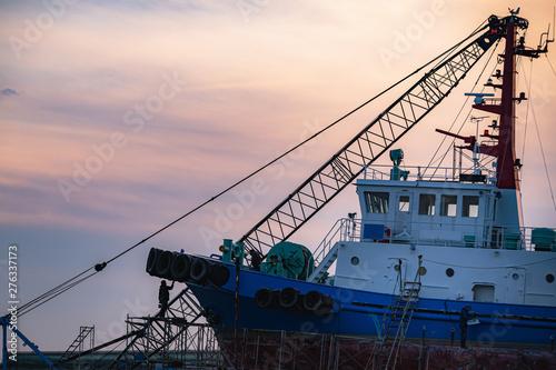 夕暮れの港 メンテナンス中の船