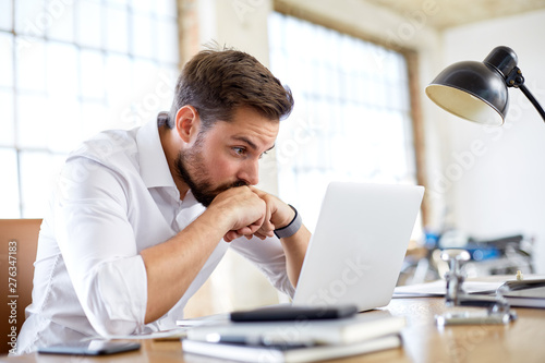 Young man worry about stock market Fototapet