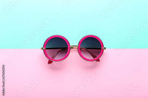 Poster Pays d Europe Modern sunglasses on colorful background