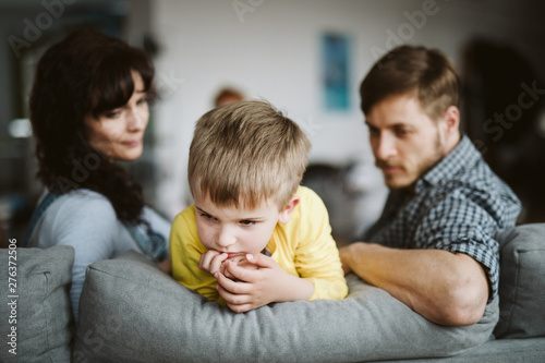 Fotografiet helpless parents and their badly behaving son at home