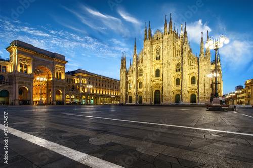 Autocollant pour porte Milan Milan Piazza del Duomo square. City center illuminated in the dusk. Milano, Italy