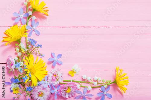 Obraz na płótnie frame of beautiful flowers on pink wooden background