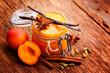 Frisch gekochtes Kompott aus Aprikosen mit Vanille, Zimt, u.a. Gewürzen