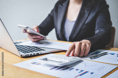 Fotografía  Businesswoman accountant working analyzing and calculating expense financial ann