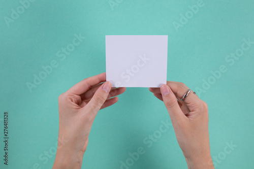 Hands holding a post-it note