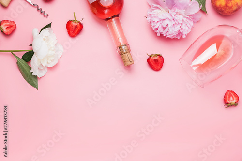 Pinturas sobre lienzo  Creative composition with rose wine and delicious strawberries on the pink backg